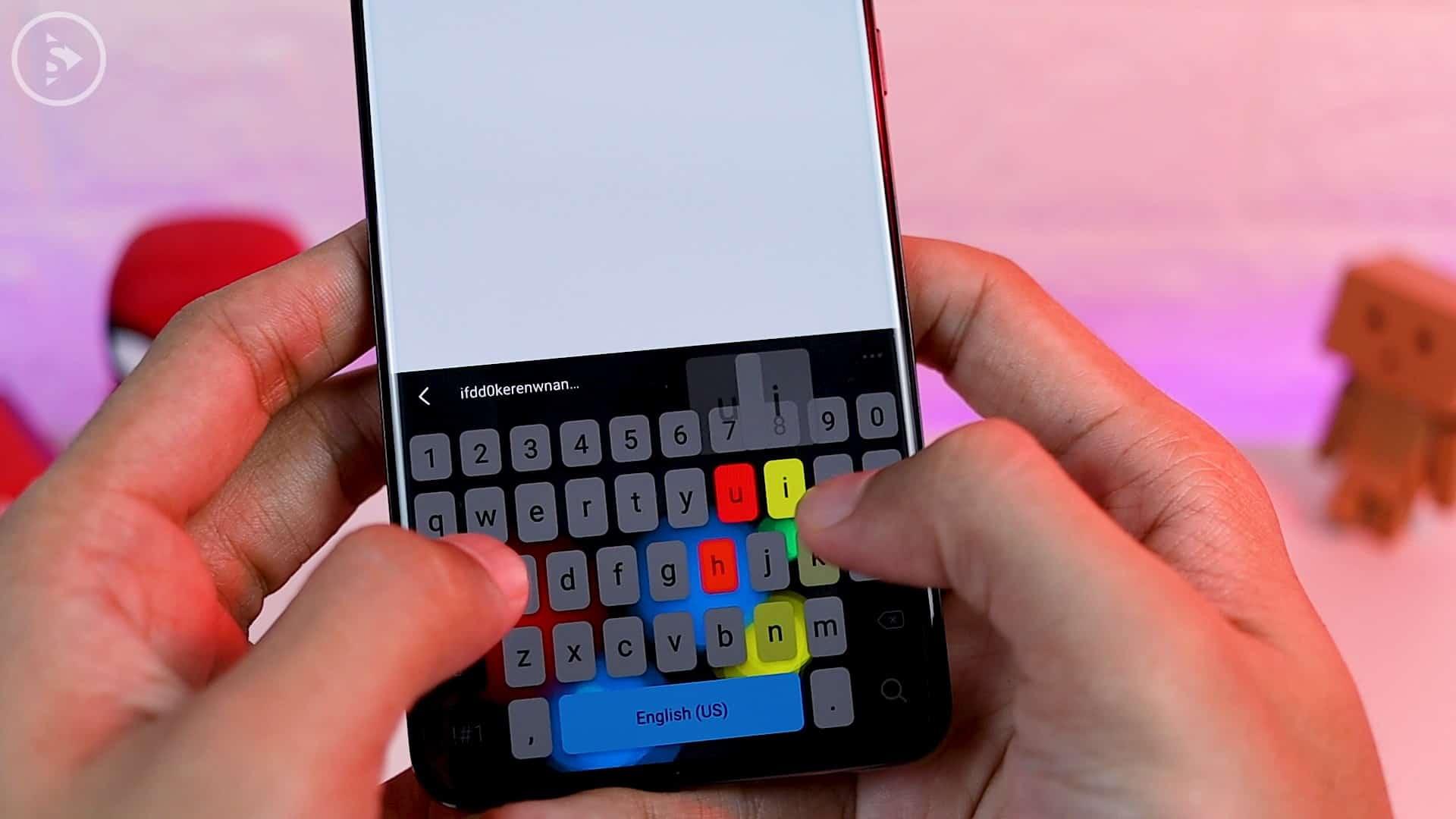 Tips Aplikasi Keys Cafe Terbaru Good Lock - tampilan saat sedang mengetik dengan keys cafe tema gelap dan efek RGB warna-warni
